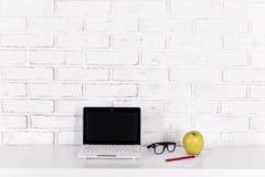 Рабочее место дома или в офисе - белой современной компьтер-книжке на tabl Стоковые Изображения RF