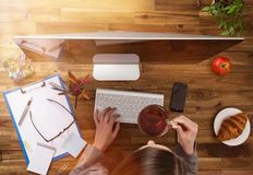 Рабочее место офиса с деревянным столом Стоковое Изображение RF