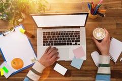Рабочее место офиса с деревянным столом Стоковое фото RF