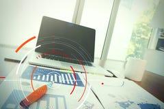 Рабочее место офиса с компьтер-книжкой и умным телефоном на деревянной таблице с Стоковая Фотография