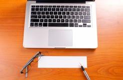 Рабочее место офиса с компьтер-книжкой и умным телефоном на деревянных таблицах Стоковая Фотография