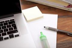Рабочее место офиса с клавиатурой тетради, карандаша, пустой бумаги Стоковое Изображение
