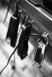 Рабочее место парикмахера Инструменты для стиля причесок Черно-белое изображение стоковое изображение