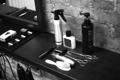 Рабочее место парикмахера Инструменты для стиля причесок Черно-белое изображение стоковая фотография