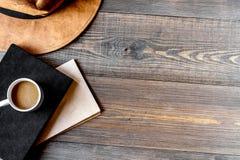 Рабочее место писателя с инструментами на деревянной насмешке u взгляд сверху предпосылки стоковая фотография