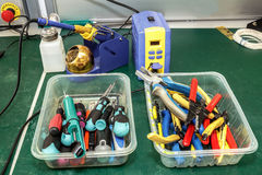 Рабочее место собрания оборудования электроники Стоковые Фотографии RF