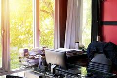 Рабочее место с компьютером удобным стоковая фотография