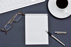 Рабочее место с компьютером чашки кофе, блокнота и клавиатуры Стоковое Фото