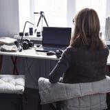 Рабочее место с открытой компьтер-книжкой с черным экраном на современном деревянном столе Стоковые Изображения RF