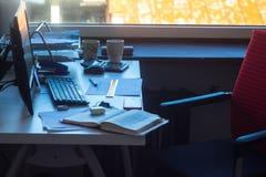 Рабочее место с телефоном блокнота компьютера против окна стоковые фотографии rf