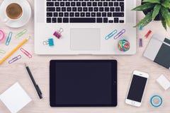 Рабочее место таблицы стола офиса с взгляд сверху ПК и smartphone таблетки клавиатуры компьтер-книжки стоковое изображение rf