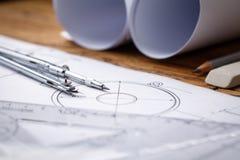 Рабочее место - технический чертеж проекта с инструментами инженерства Стоковые Изображения RF