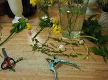 Рабочее место флориста с ножницами и цветками на деревянном столе стоковые изображения rf