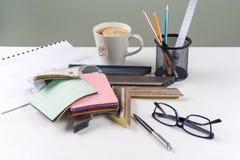 Рабочее место художника, оформитель, дизайнер с образцами багетов, рамок Стоковые Фото