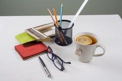 Рабочее место художника, оформителя, дизайнера с образцами багетов, рамок Стоковое Изображение RF