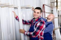 Рабочие классы проверяя оконные рамы Стоковое Изображение RF