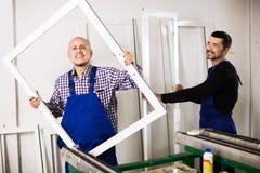 Рабочие классы проверяя продукцию обрабатывающей промышленности PVC Стоковое Изображение