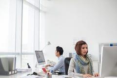 Рабочий день в офисе стоковые изображения rf