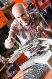 Рабочий класс делая плиту почтового ящика в мастерской Стоковое Изображение RF