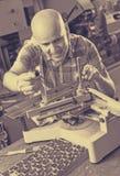 Рабочий класс делая плиту почтового ящика в мастерской Стоковая Фотография RF