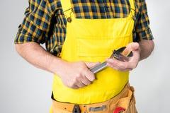 Рабочий класс с поясом инструмента стоковые фото