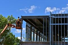Рабочий-строители в подъеме на строительную площадку стоковые фото