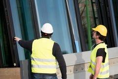 Рабочий-строители на работе на строительной площадке Стоковые Изображения
