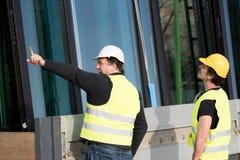 Рабочий-строители на работе на строительной площадке Стоковые Фото