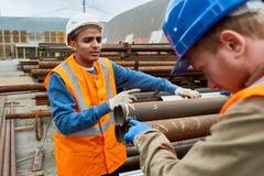 Рабочий-строители на работе Стоковые Фото