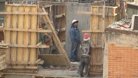 Рабочий-строители на строительной площадке акции видеоматериалы