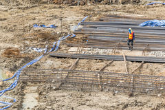 Рабочий-строители подготавливают насос для бетона для лить стоковое фото rf