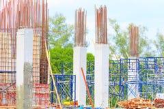 Рабочий-строители распологают и здание снабжения жилищем на работе лейбориста внешней с космосом экземпляра добавляет текст Стоковые Изображения