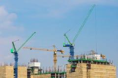 Рабочий-строители укомплектовывают личным составом поднимаясь тяжелый бар подкрепления в Стоковые Изображения