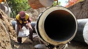 Рабочий-строитель в действии стоковое изображение rf