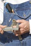 Рабочий-строитель в одежде работы измеряет диаметр трубки металла с крумциркулем стоковое фото rf