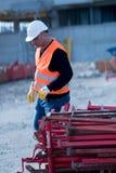 Рабочий-строитель на работе Стоковое Фото