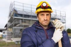 Рабочий-строитель на строительной площадке стоковые изображения