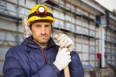 Рабочий-строитель на строительной площадке стоковая фотография