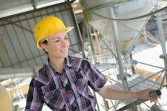 Рабочий-строитель портрета счастливый женский на месте Стоковое фото RF
