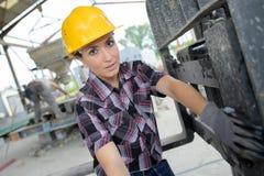 Рабочий-строитель портрета счастливый женский на месте Стоковые Фотографии RF