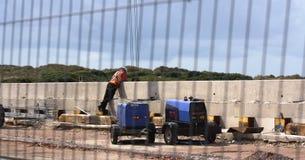 Рабочий-строитель рассматривая край моста стоковые фото