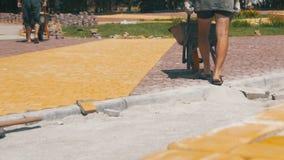 Рабочий-строитель управляет тачкой с вымощая камнями на строительной площадке движение медленное сток-видео