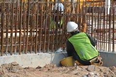 Рабочий-строители изготовляют стальную бетонную стену подкрепления на строительной площадке Стоковое фото RF