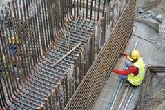 Рабочий-строители изготовляя бар подкрепления крышки кучи стальной Стоковые Фото