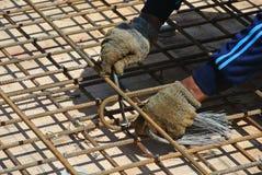 Рабочий-строители изготовляя бар подкрепления сляба пола Стоковые Фото
