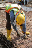Рабочий-строители изготовляя бар подкрепления сляба пола Стоковые Изображения