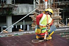 Рабочий-строители изготовляя работу формы тимберса Стоковые Фото