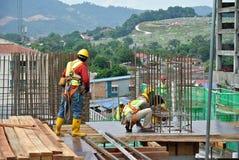 Рабочий-строители изготовляя работу формы тимберса Стоковое Изображение RF