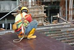 Рабочий-строители изготовляя работу формы тимберса Стоковые Изображения
