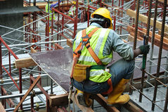 Рабочий-строители изготовляя работу формы тимберса Стоковое Фото